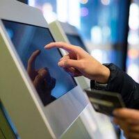 תשלום בכרטיס אשראי EMV הקשת קוד סודי בעמדת שירות עצמי