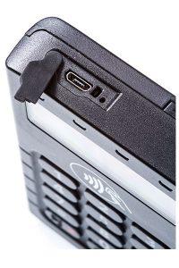 חיבור להטענת סוללה על ידי חיבור Micro-USB סטנדרטי